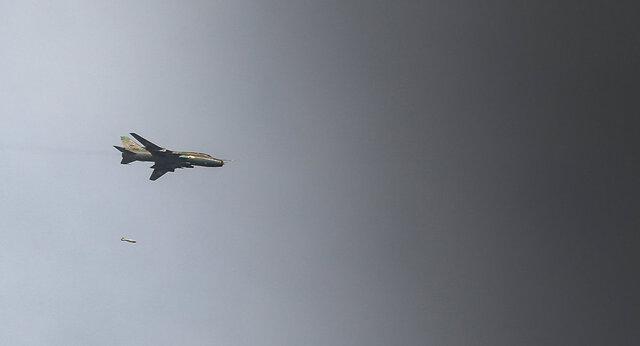 جنگنده های سوریه بزرگترین انبار مهمات جبهه النصره در حومه ادلب را منهدم کردند