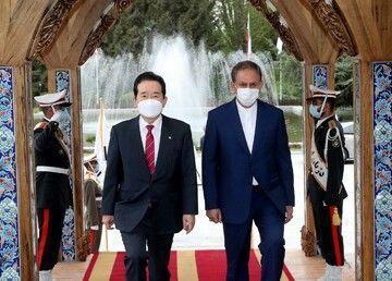 عکسی از دست دادن متفاوت جهانگیری و نخست وزیر کره جنوبی